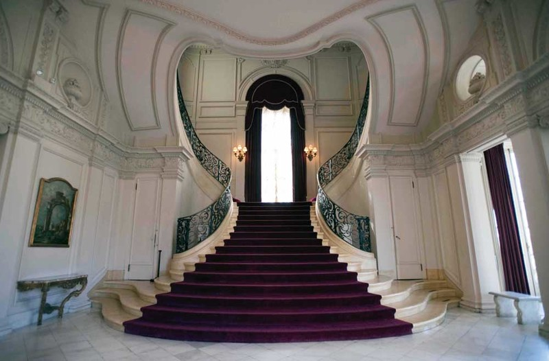 """The """"sweetheart"""" staircase at Rosecliff"""