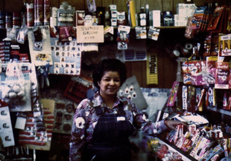 FOTOGRAFIA: Dona Fefa en su tienda en los ultimos anos de los anos 60.