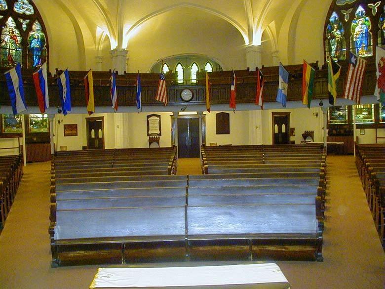 FOTOGRAFIA: Las banderas de varias naciones estan exhibidas dentro de la Iglesia Bautista El Calvario, reflejando la esencia internacional de la congregacion.